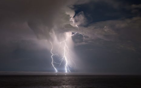 Lightning on the ocean HD wallpaper